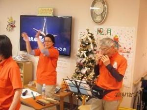 ケーキを食べながら、職員によるクリスマス音楽の演奏会を楽しんでいただきました!